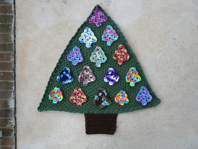 crochet triangle, crochet Christmas tree, crochetbug, variegated yarn, vintage yarn
