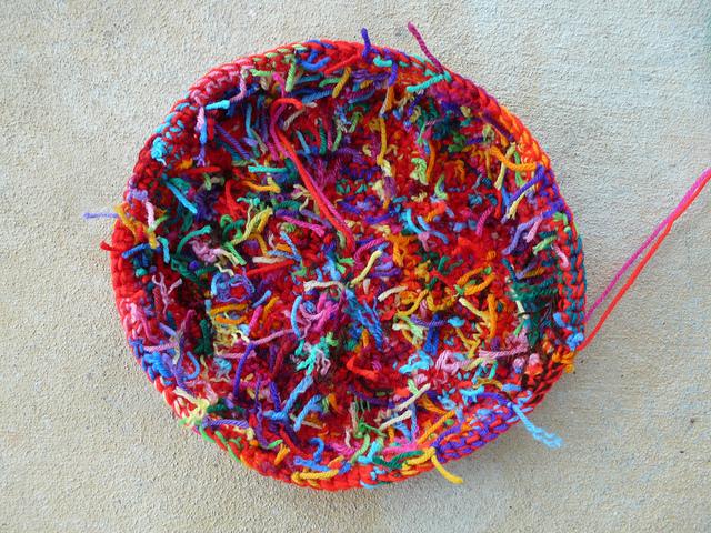 crochet pet mat, crochetbug, crochet circle, scrap yarn crochet, double strand crochet, crochet basket
