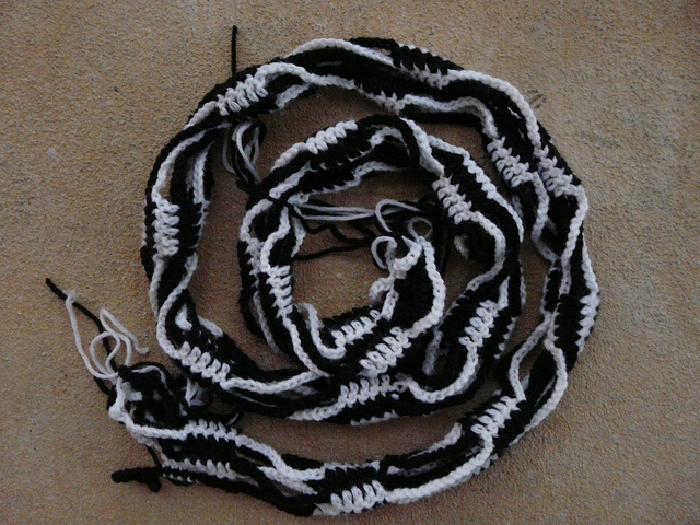 Day 10: progress on the black and white crochet ketjusilmukkahuivi
