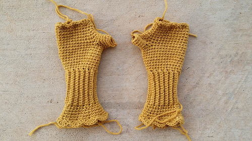 Victorian texting gloves with ends to be woven in