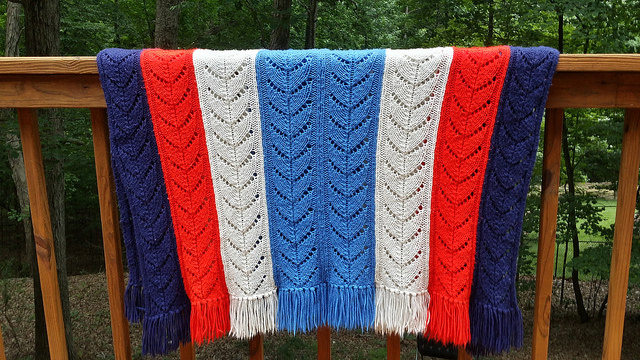 knitted blanket, crochetbug, knitted ripple, knitted chevron, red, rojo,, white, blanco, blue, azul, azure