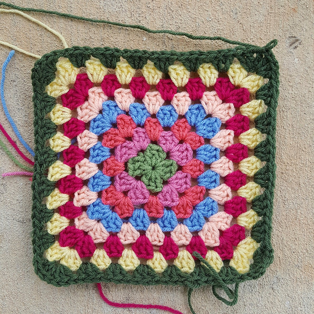 eight round granny square